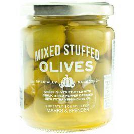 Marks & Spencer Řecké olivy plněné stroužky česneku a červenou paprikou ve slaném nálevu s extra panenským olivovým olejem